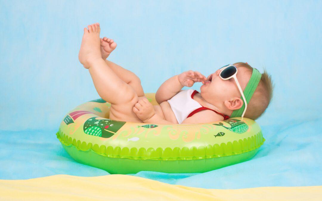 Baby floaten tijdens warme dagen